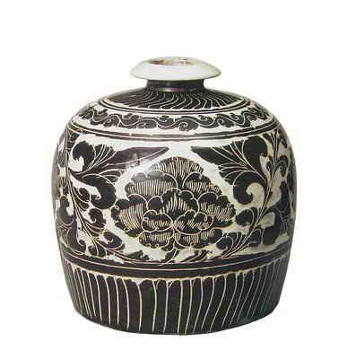 【缠枝纹】 瓷器上最常见的纹样.盛行于元代以后.