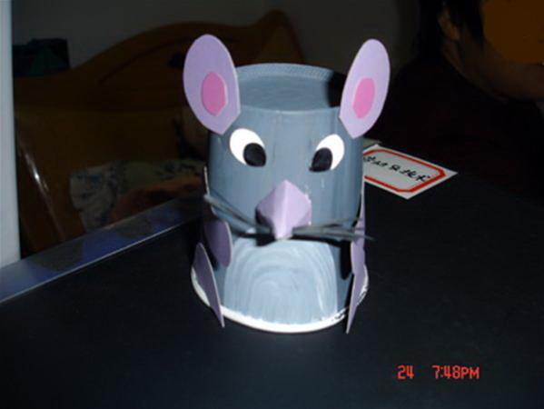 将小动物的各身体部件粘贴在身体(纸杯)的适当位置即可.