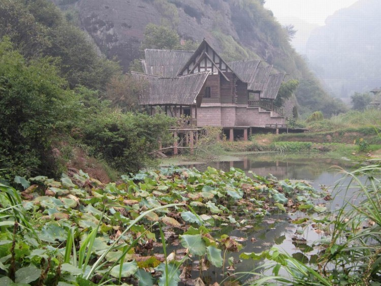 无蚊村位于龙虎山风景旅游区核心景区泸溪河东岸仙水岩景区的许家村